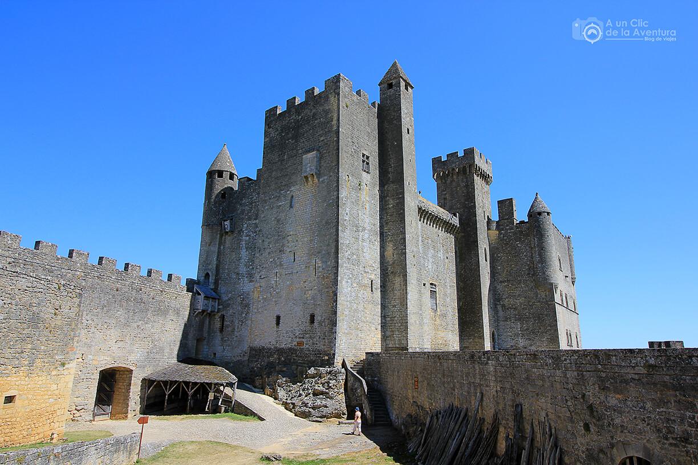 Patio del segundo recinto del Castillo de Beynac- visitarCastelnaud y Beynac-et-Cazenac