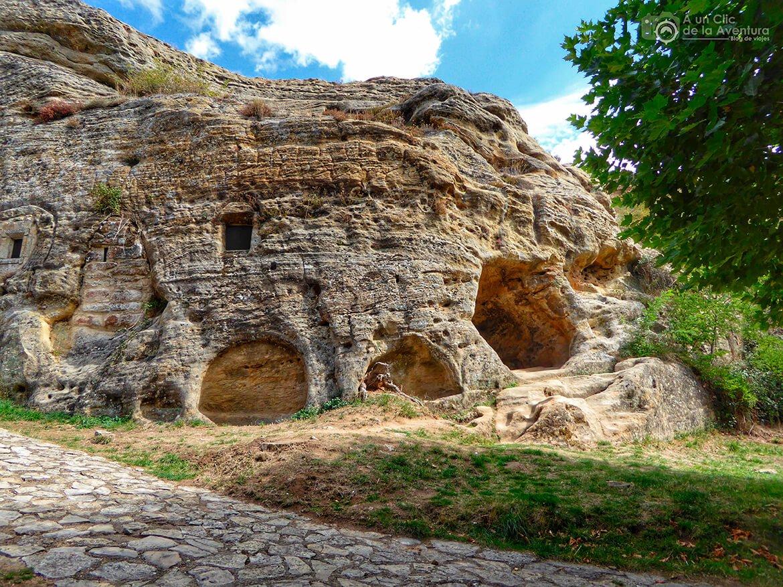 Aquí se encuentra la necrópolis rupestre de Olleros de Pisuerga