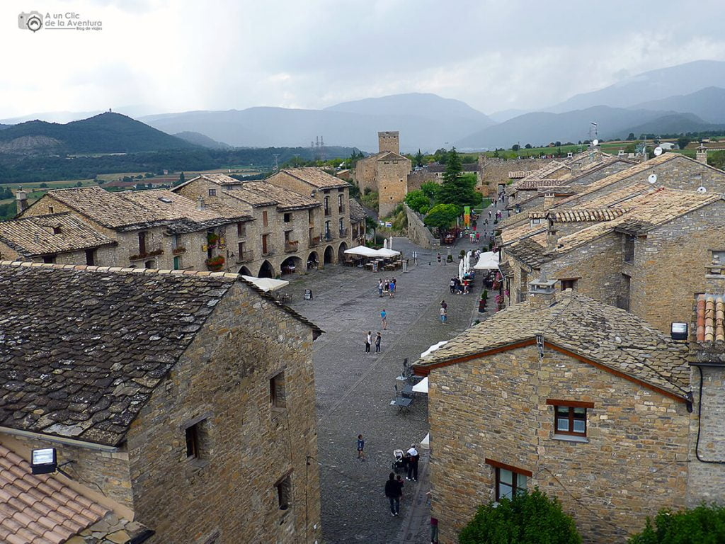 Vista de la Plaza Mayor de Aínsa desde la torre de la iglesia