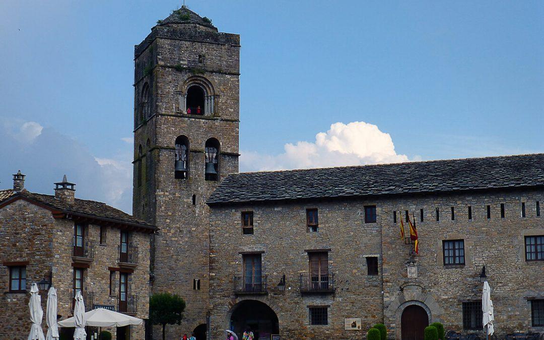 Aínsa la capital del Sobrarbe, un reino de leyenda en Huesca