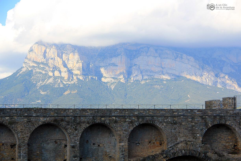Vista de los Pirineos desde la muralla del Castillo
