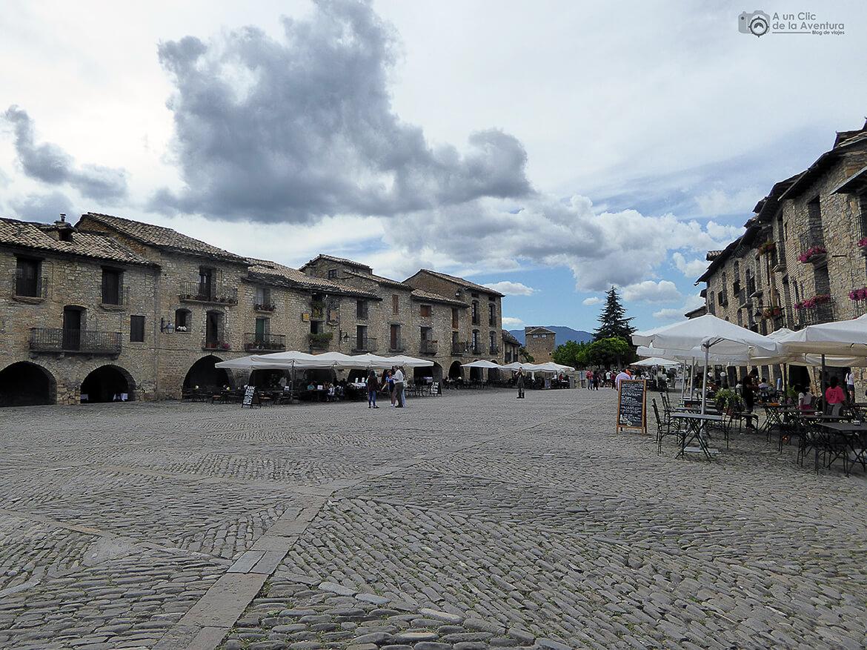 Vista hacia el castillo de la Plaza Mayor de Aínsa