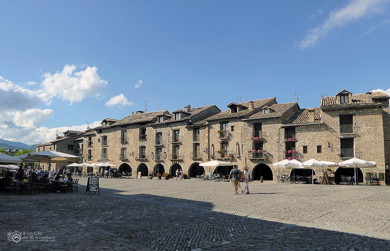 Soportales románicos de la Plaza Mayor de Aínsa