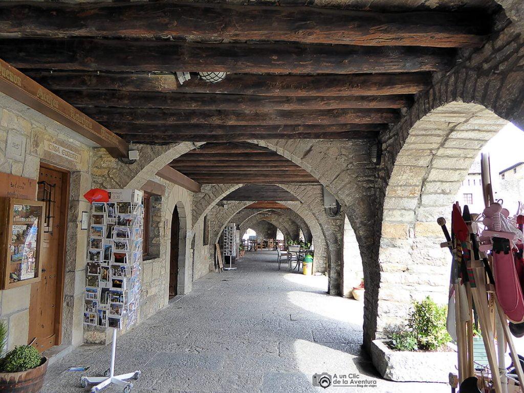 Interior de los soportales de la Plaza Mayor de Aínsa