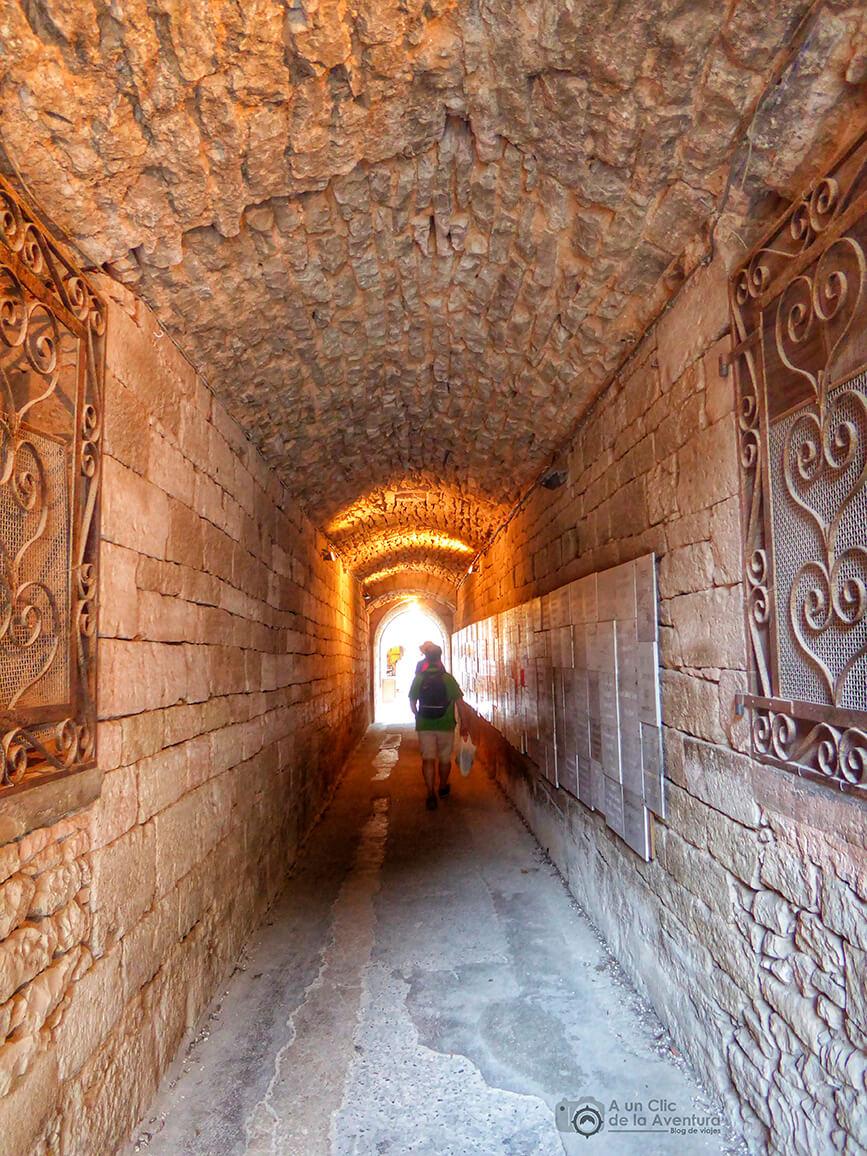 Túnel de entrada al santuario - Qué visitar en Rocamadour