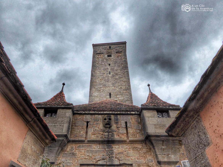 Máscara decorativa para lanzar brea al enemigo - cómo visitar Rothenburg ob der Tauber