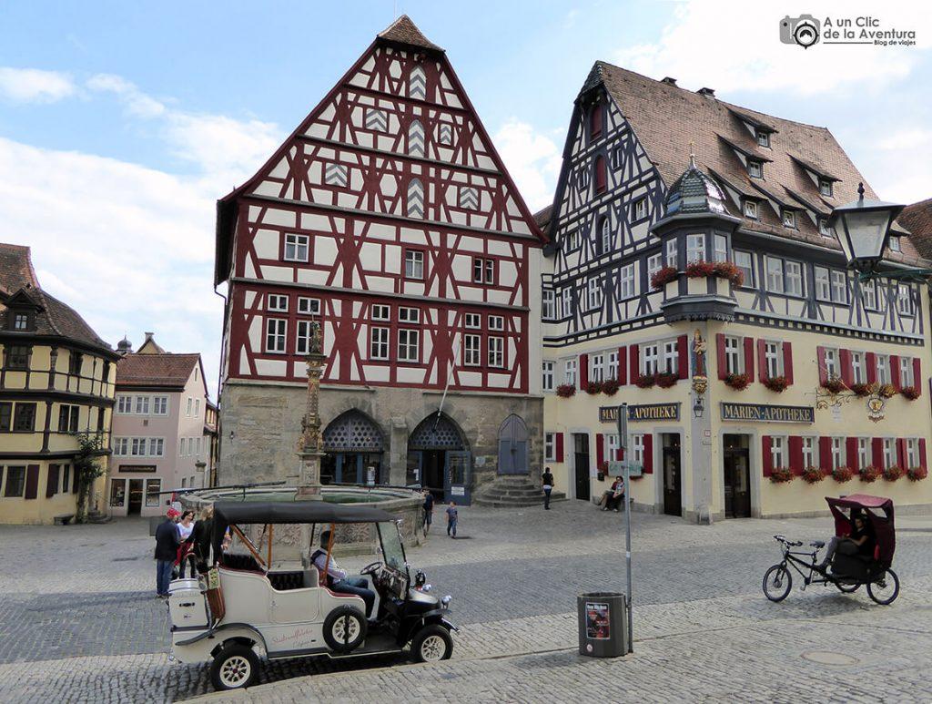 Casa de Baile y Carnicería con el entramado rojo y antigua farmacia al lado - qué ver en Rothenburg ob der Tauber