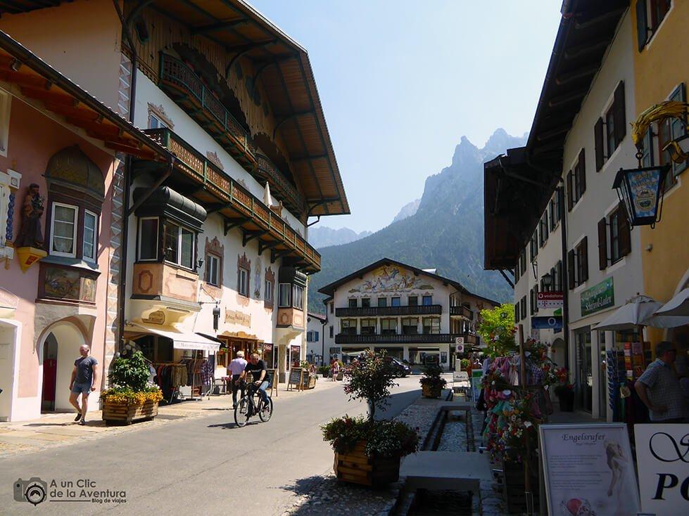 Calle de Mittenwald con la cordillera Karwendel al fondo