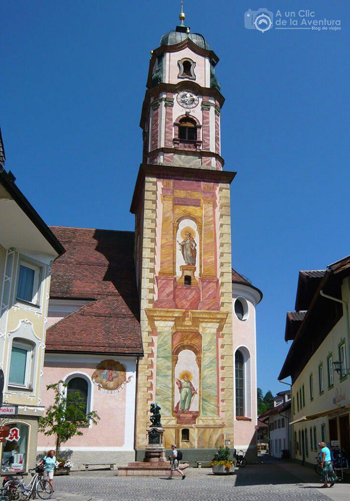 Colorida torre de la iglesia de San Pedro y San Pablo de Mittenwald