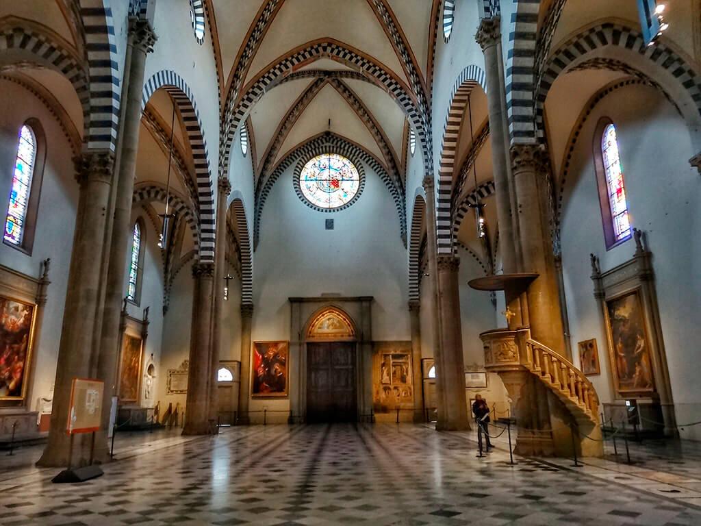 Interior de la Basílica de Santa María Novella con el púlpito de Brunelleschi