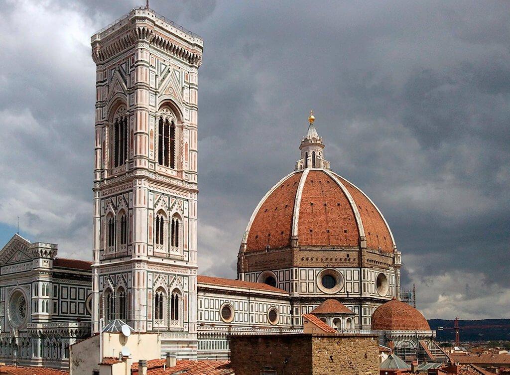Vista del Duomo con el Campanile en primer plano