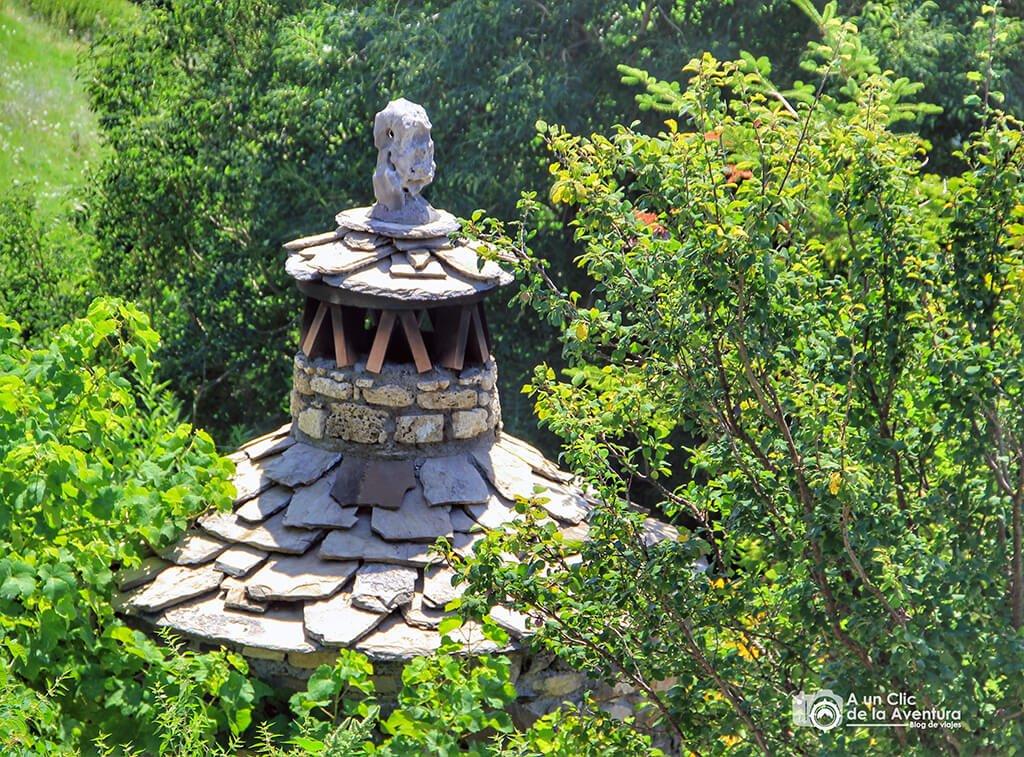Espantabrujas en una chimenea de una casa de Tella