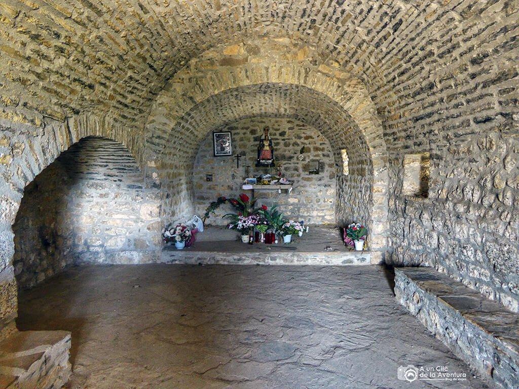 Interior de la ermita de la Virgen de la Pena de Tella - ruta de las ermitas de Tella