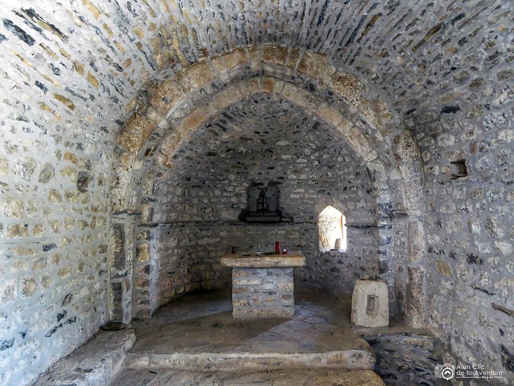 Interior de la ermita de los Santos Juan y Pablo de Tella - ruta de las ermitas de Tella