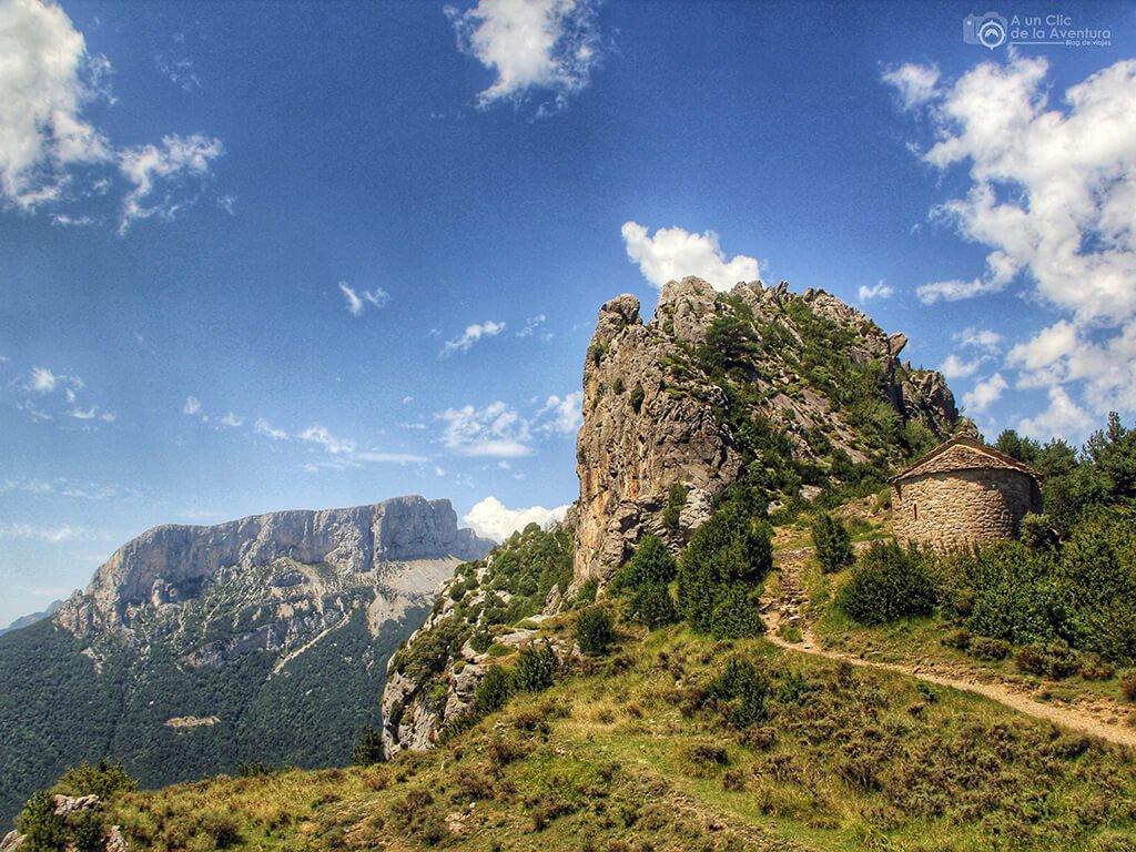 Puntón de las Brujas con la ermita de los Santos Juan y Pablo - ruta de las ermitas de Tella