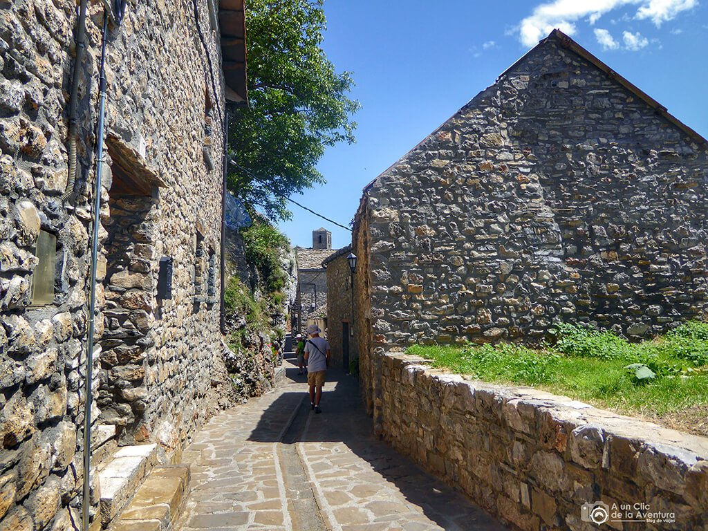 """A la derecha se encuentra el museo """"Casa de la Bruja"""" - ruta de las ermitas de Tella"""