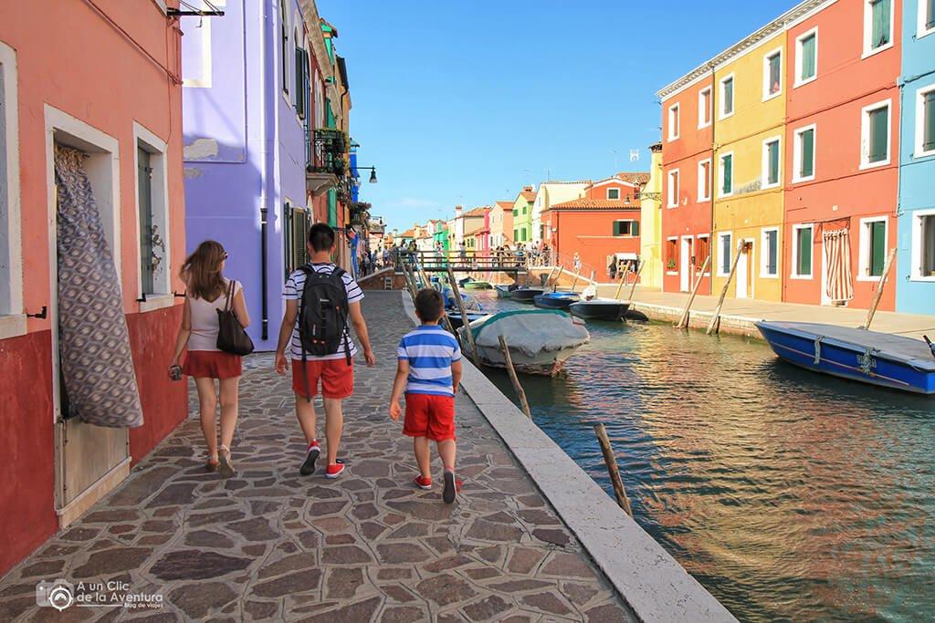 Paseando por la colorida Burano - viaje en coche a Venecia y norte de Italia