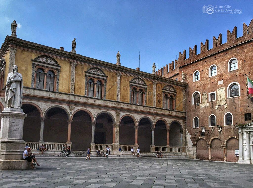 Piazza dei Signori, también llamada Plaza de Dante, en Verona - viaje en coche a Venecia y norte de Italia