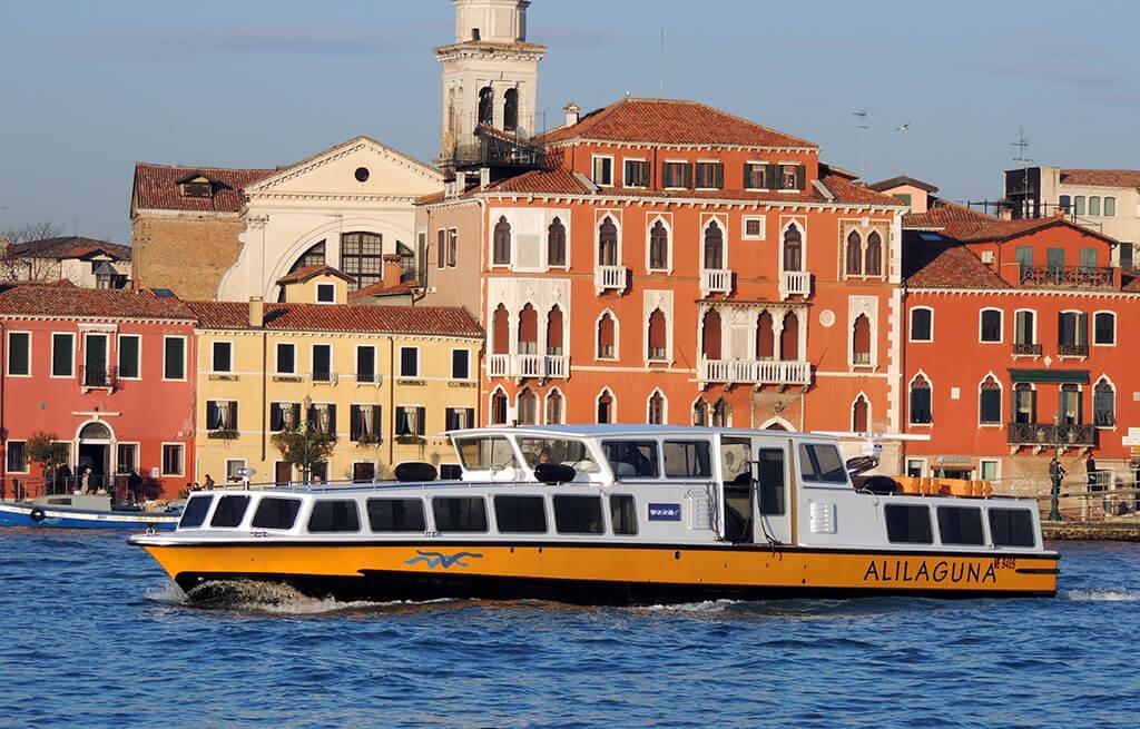 Transporte en Venecia. Barco de Alilaguna