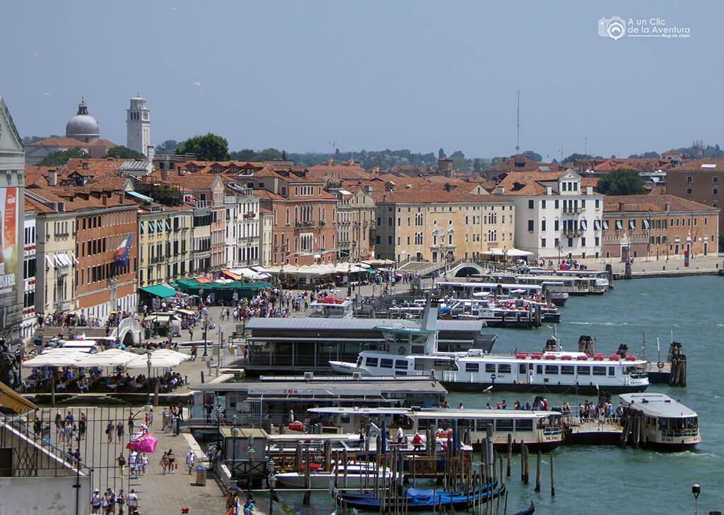 Transporte en Venecia. Parada de vaporetti de la Plaza de San Marcos de Venecia