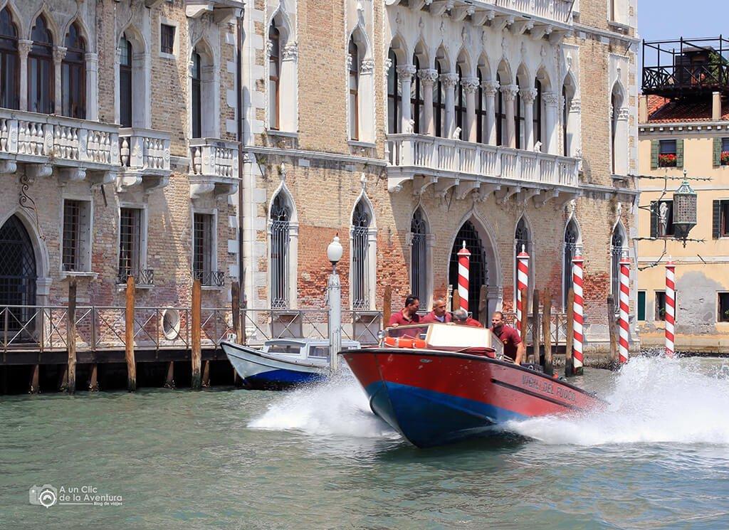 Transporte en Venecia. Lancha de bomberos de Venecia