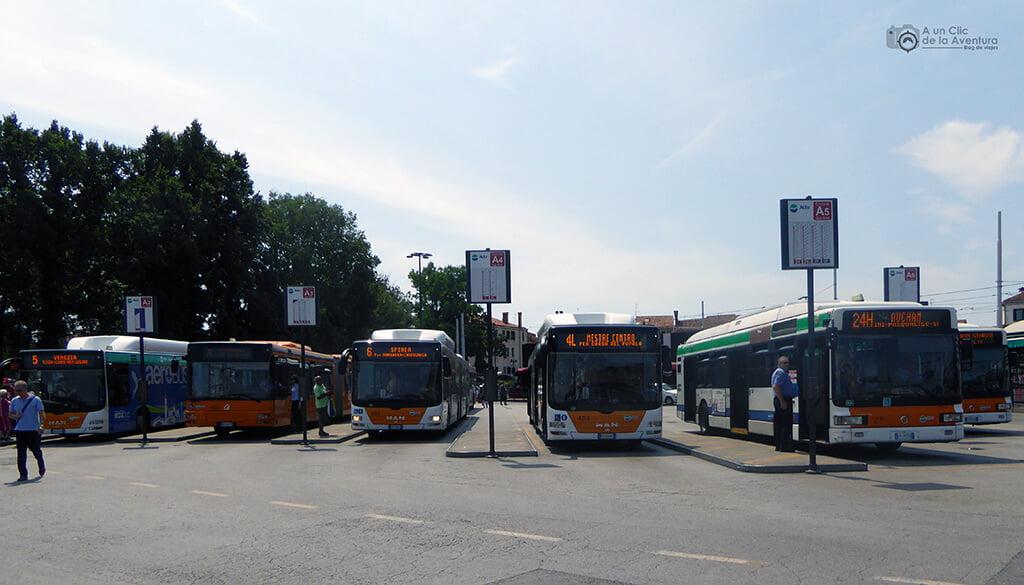 Transporte en Venecia. Parada de autobuses en Piazzale Roma.