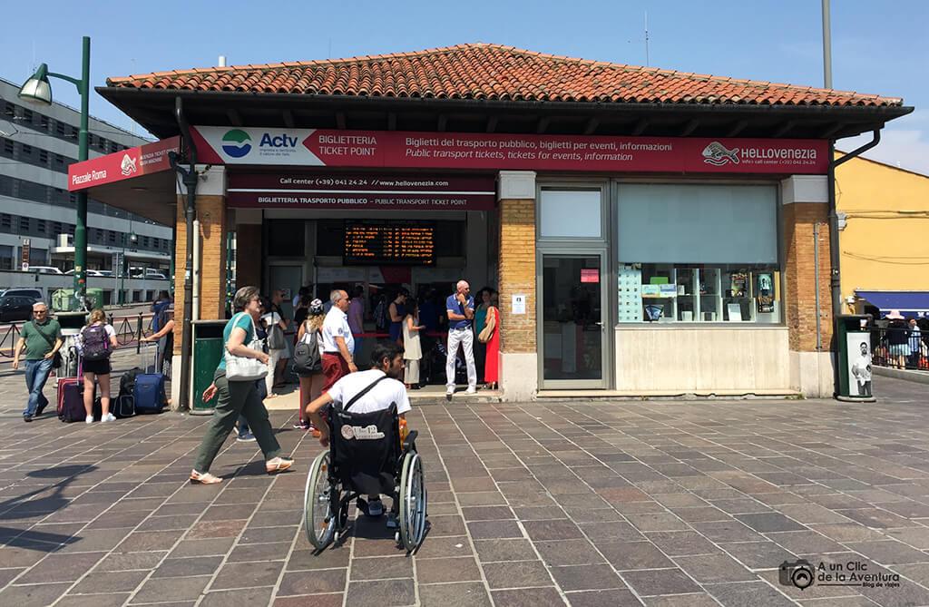 Transporte en Venecia. Taquilla de venta de billetes para el vaporetto en Piazzale Roma