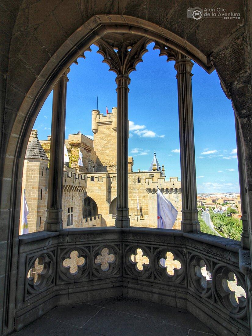 Ventanal gótico de la Torre de los Cuatro Vientos del Castillo de Olite