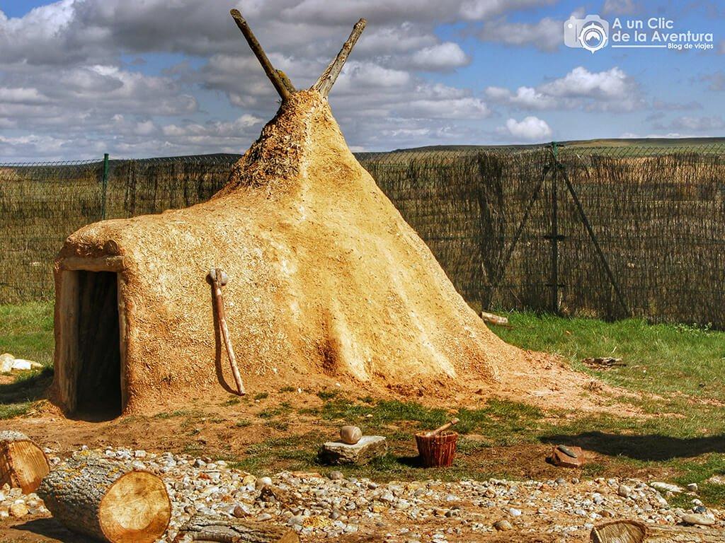 Reconstrucción de cabaña en el Centro de Arqueología Experimental - CAREX - planes en familia para hacer en Burgos