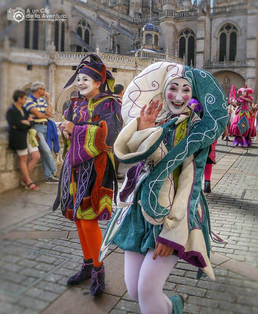 Bufones animando el desfile de la comitiva cidiana