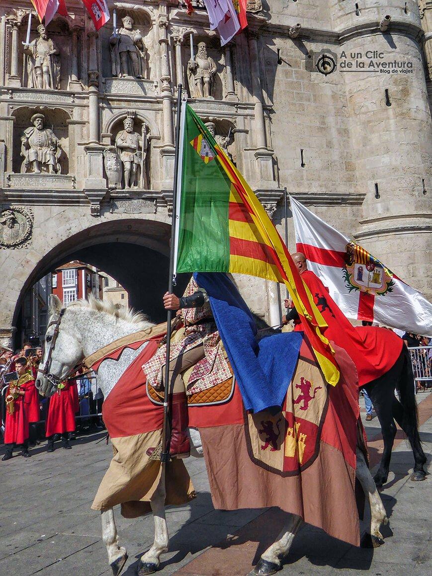 Desfile de la comitiva del Cid Campeador a su paso por el Arco de Santa María