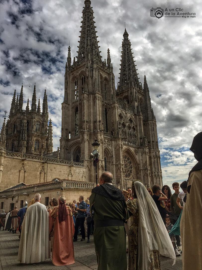 Desfile de la comitiva del Cid Campeador a su paso por la Catedral de Burgos