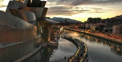 Vista del Museo Guggenheim desde el Puente de la Salve