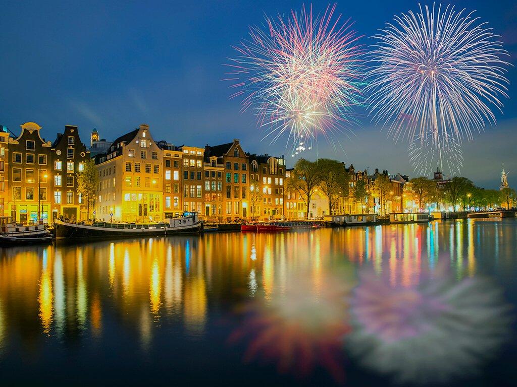 Canales de Amsterdam durante el Fin de Año - ciudades de Europa para celebrar el Año Nuevo