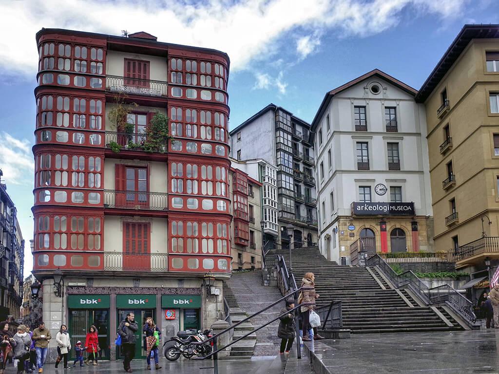 Plaza Unamuno con las Calzadas de Mallona - que ver en Bilbao