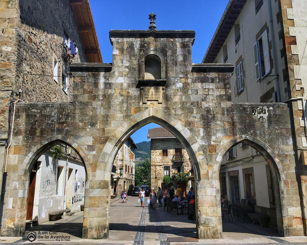 Arcos en el lugar en el que se encontraba el antiguo frontón