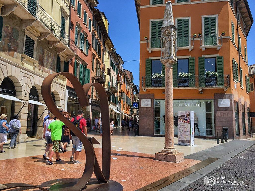 Capitel de la Plaza Bra, final del listone y comienzo de la calle Mazzini en Verona