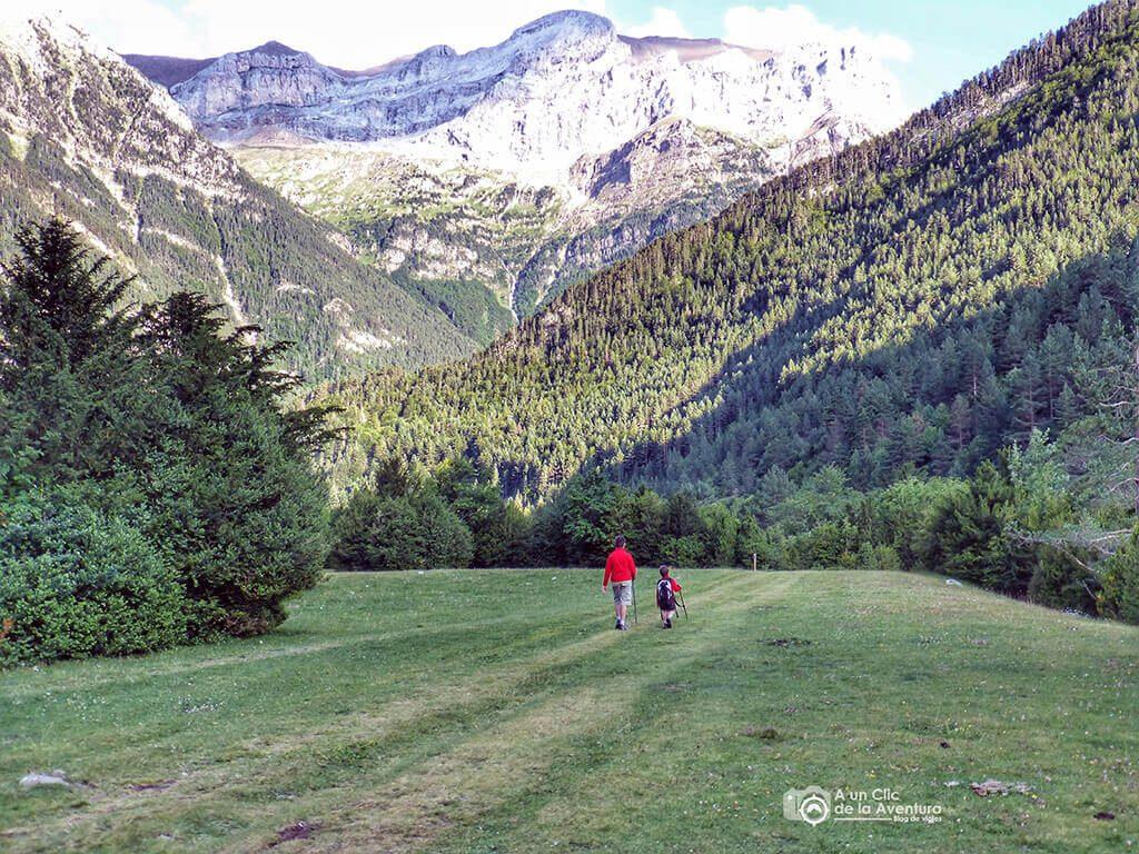 Regreso de la ruta del Valle de Bujaruelo por los fenales, con Gavietos y Mondarruego al fondo