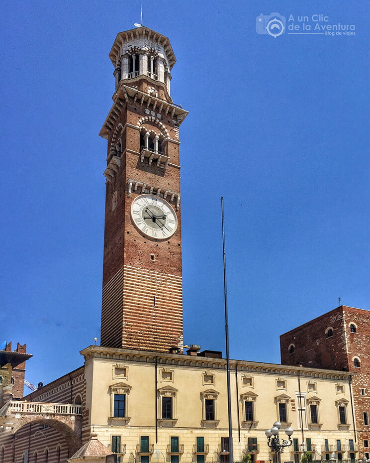 Torre de los Lamberti desde la Plaza de las Hierbas de Verona