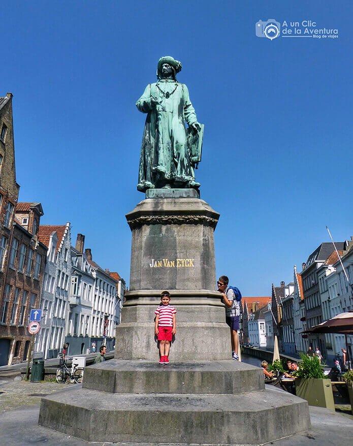 """Estatua de Van Eyck en la """"city"""" de Brujas"""