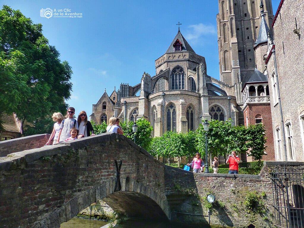 Puente frente a la iglesia de Nuestra Señora en Brujas