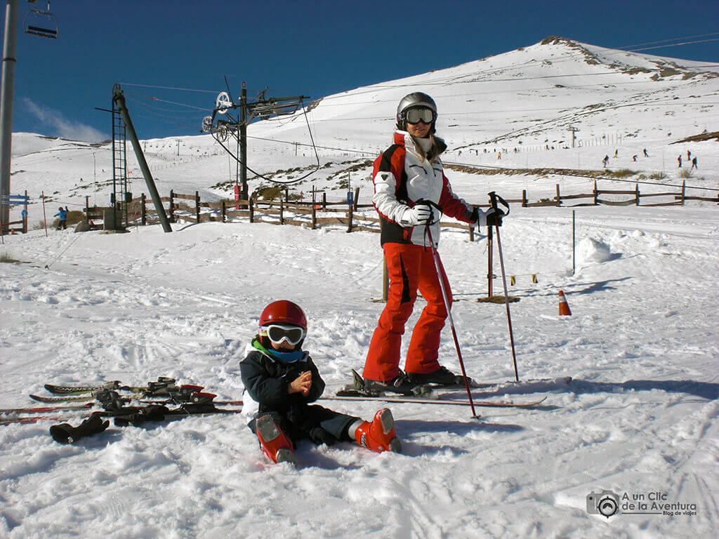 Un descanso durante una jornada de esquí en familia