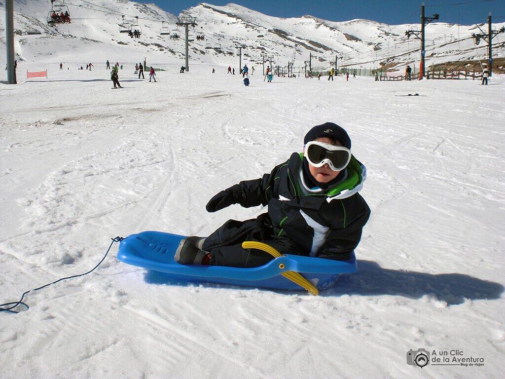 Deslizarse en trineo es una de las actividades divertidas en la nieve