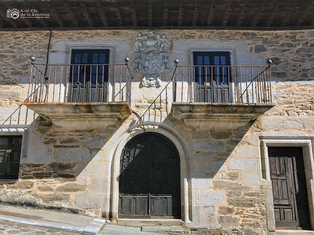Casona de Puebla de Sanabria con su escudo nobiliario