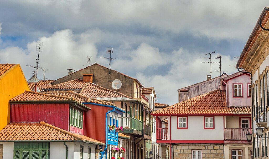 Casas típicas de Chaves con sus varandas de colores. Qué ver en Chaves