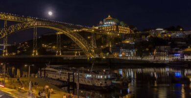 Foto nocturna de Oporto a orillas del río Duero - Oporto y norte de Portugal