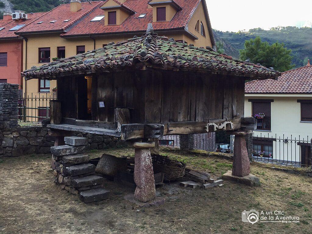 Hórreo del Centro de Interpretación Somiedo y el Oso - Cosas que hacer en el Parque Natural de Somiedo