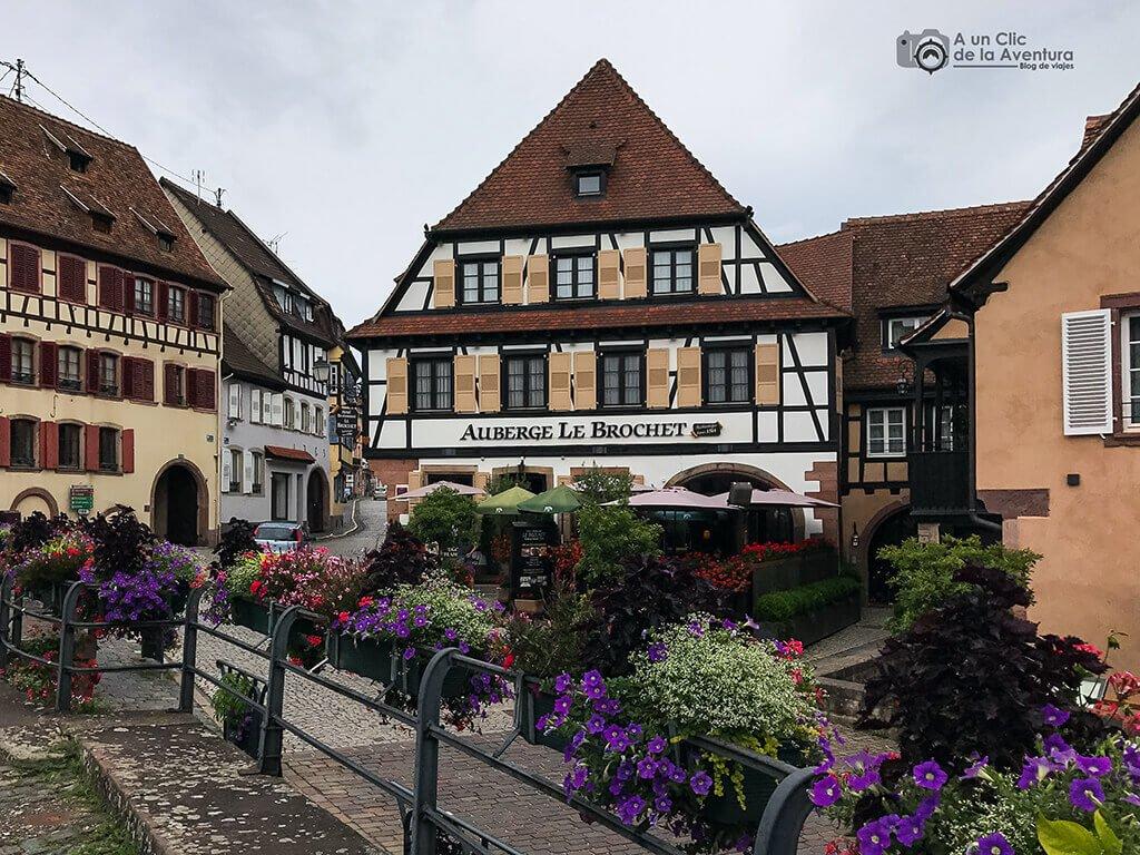 Auberge Le Brochet frente al Ayuntamiento de Barr - pueblos más bonitos de Alsacia