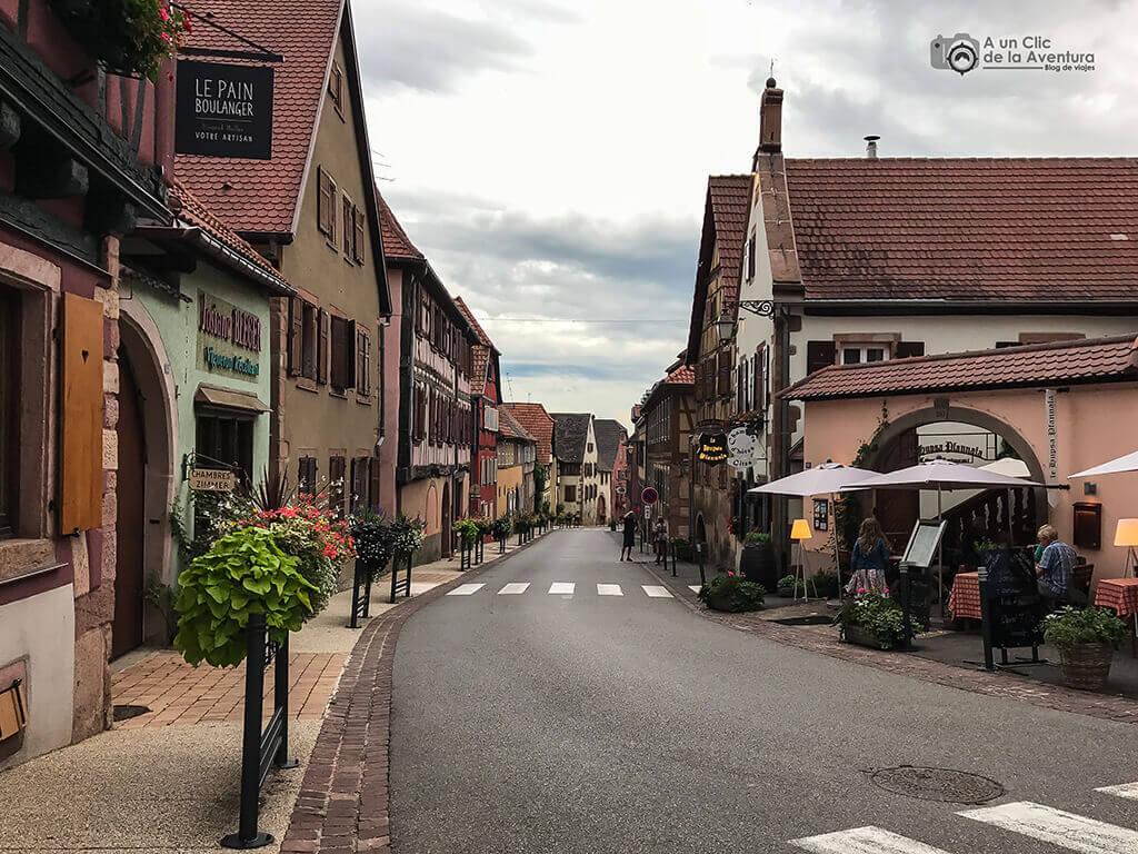 Calle principal de Saint Hippolyte - pueblos más bonitos de Alsacia