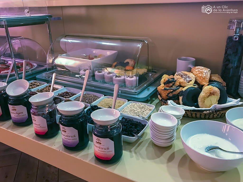 Bollería y cereales en el desayuno del Hotel Drei Raben de Núremberg